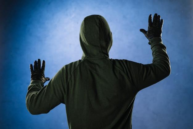 Хакер сзади на стене