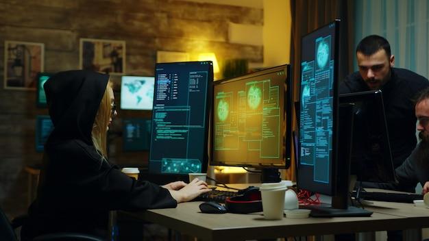 위험한 바이러스를 사용하여 사람들로부터 정보를 훔치는 해커 소녀.