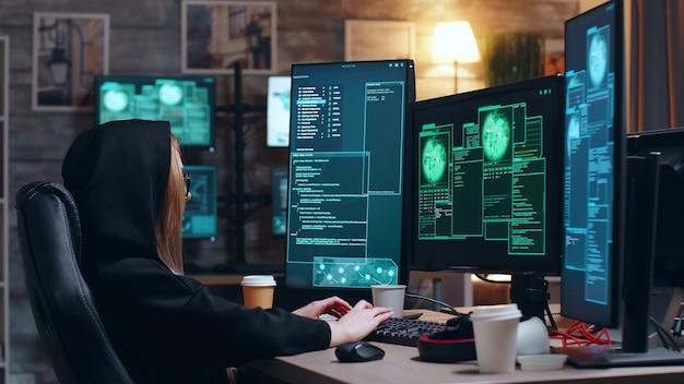 위험한 맬웨어를 사용하여 정부 데이터베이스를 공격하는 해커 소녀.