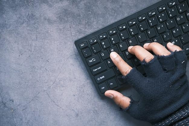 컴퓨터에서 데이터를 훔치는 해커 손