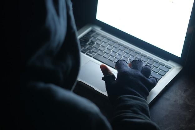 노트북에서 데이터를 훔치는 해커 손