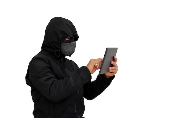 Хакер в капюшоне с помощью планшета для взлома данных, изолированных на белом фоне