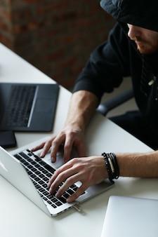 Хакер человек на ноутбуке