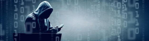Хакер печатает код на клавиатуре ноутбука, чтобы проникнуть в киберпространство