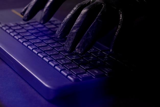 Руки хакера на клавиатуре ноутбука
