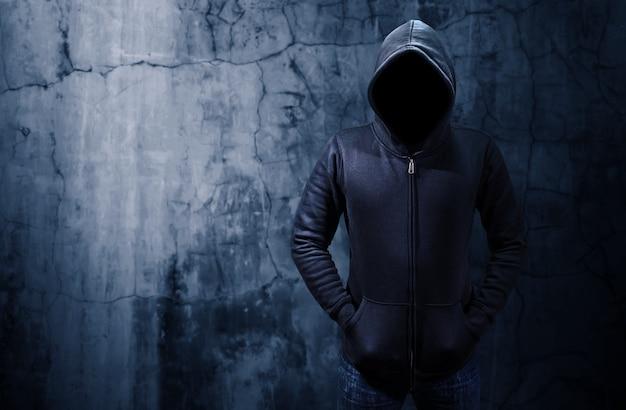 어두운 방에 혼자 서있는 해커 프리미엄 사진