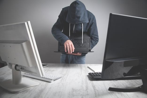 사무실 컴퓨터에서 정보를 훔치는 해커.