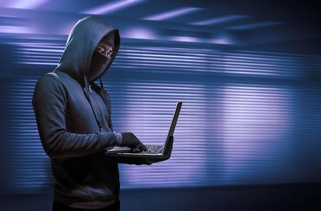 Хакер с помощью ноутбука. взлом интернета.