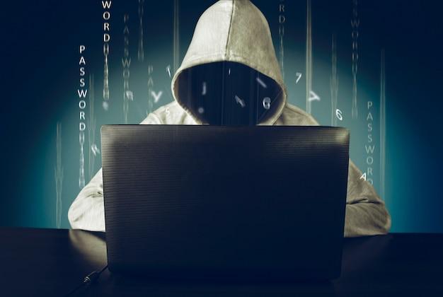 Хакер с помощью ноутбука взлома интернета