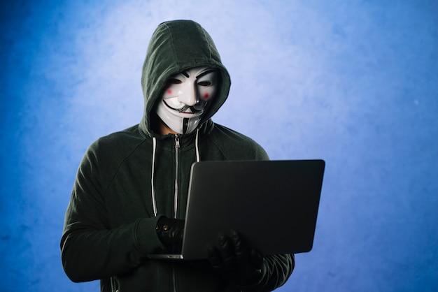 Хакер с анонимной маской