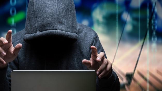 Хакер с компьютерным ноутбуком