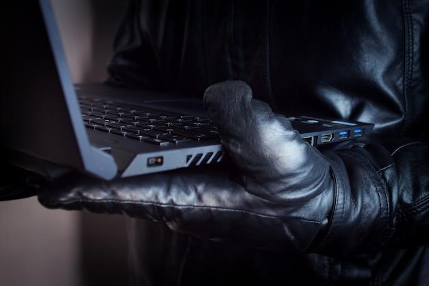 Хакер с компьютером