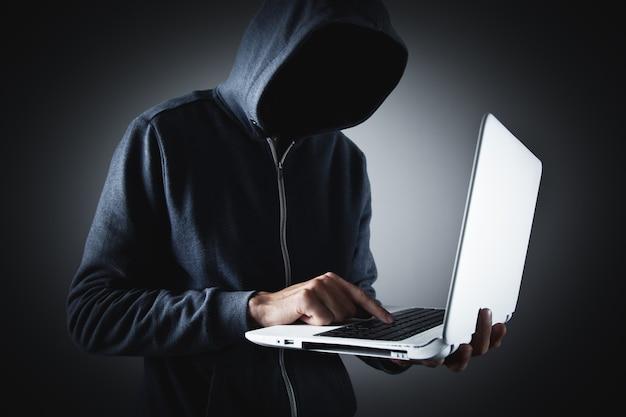 노트북과 해커. 컴퓨터 범죄.