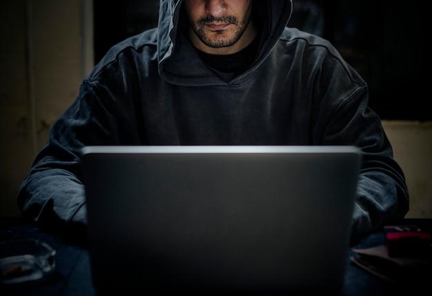 Хакер работает над компьютерным киберпреступлением