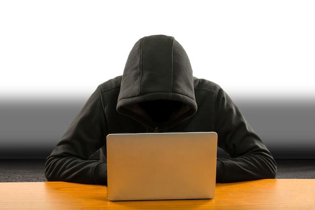 사용자 계정의 해킹 정보 및 데이터를 위해 컴퓨터 랩톱을 사용하는 해커 프로그래머.