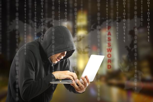 Хакеры-программисты, использующие портативный компьютер для взлома информации и данных из учетной записи пользователя.