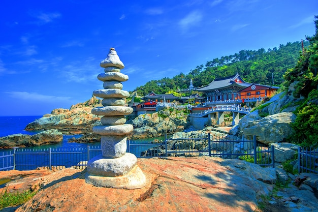 Храм хэдон ёнгунгса и море хэундэ в пусане, южная корея