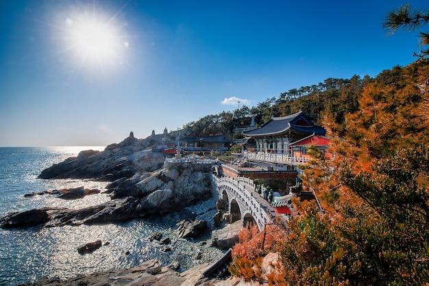 Храм хэдон ёнгунгса в дневное время в пусане, южная корея.