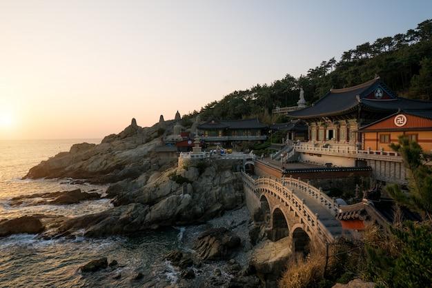 Haedong yonggungsa храм утром в пусане, южная корея.