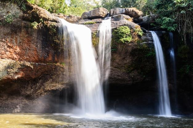 タイのナコンラチャシマー県、カオヤイ国立公園での朝のhaew suwat滝。