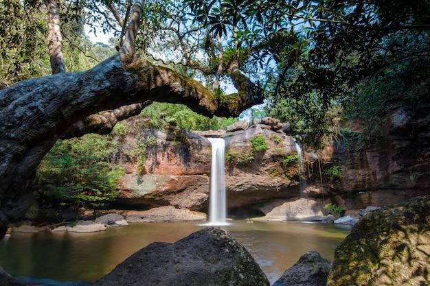 自然のhaew suwatの滝