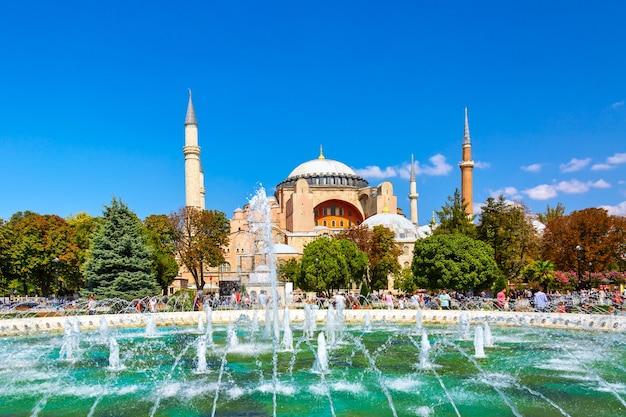 Собор святой софии музей ayasofya с фонтаном в парке султанахмет в стамбуле, турция, в солнечный летний день. с 2020 года собор святой софии становится мечетью.
