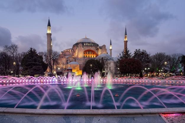 夜、イスタンブール、トルコのアヤソフィアモスク