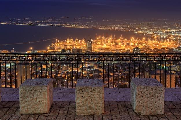 Вид на хайфу ночью с набережной луи в израиле