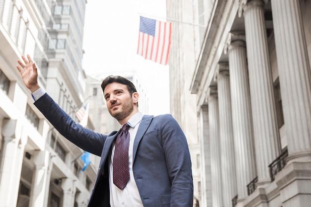 Улыбающийся бизнесмен hailing cab