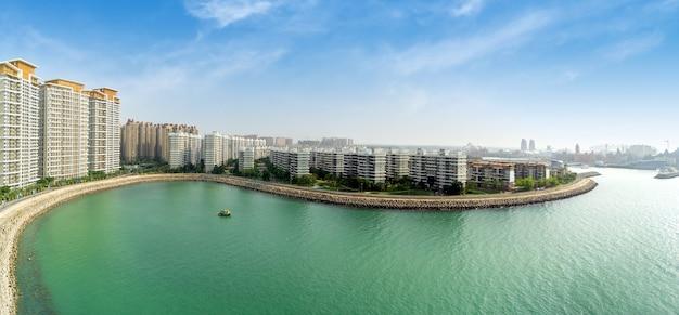 하이난 바다 꽃 섬 (바다 꽃 섬 또는 하이화다오) 해안 휴양지 풍경, 하이난 성 단저우 시, 중국 여름 휴가를 위한 관광 목적지.