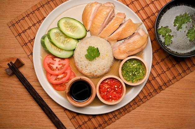 海南チキンライスまたはカオマンカイイメージポーチドチキンと味付けライス