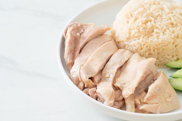 海南チキンライスまたはチキンスープで蒸したライス-アジア料理スタイル
