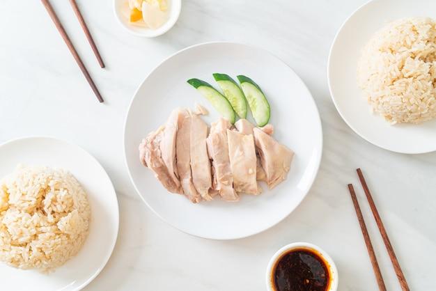 Куриный рис по-хайнаньски или рис, приготовленный на пару с куриным супом - азиатская кухня