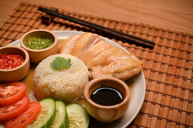 海南チキンライスまたは蒸しチキンとライスと3つの特別なソースシンガポールの有名な料理
