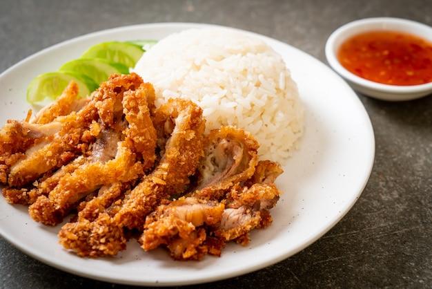 Куриный рис по-хайнаньски с жареной курицей или рис куриный суп на пару с жареной курицей, азиатская кухня