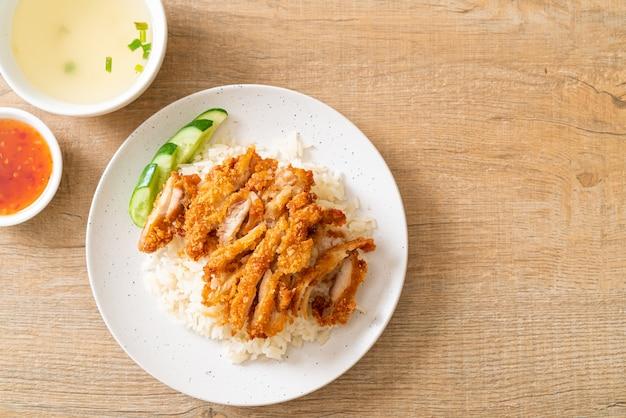 Куриный рис по-хайнаньски с жареной курицей или рис куриный суп на пару с жареной курицей - стиль азиатской кухни