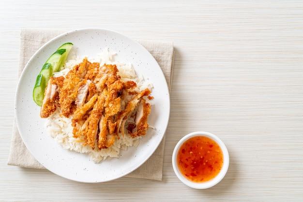 海南チキンライスとフライドチキンまたはライス蒸しチキンスープとフライドチキン-アジア料理スタイル