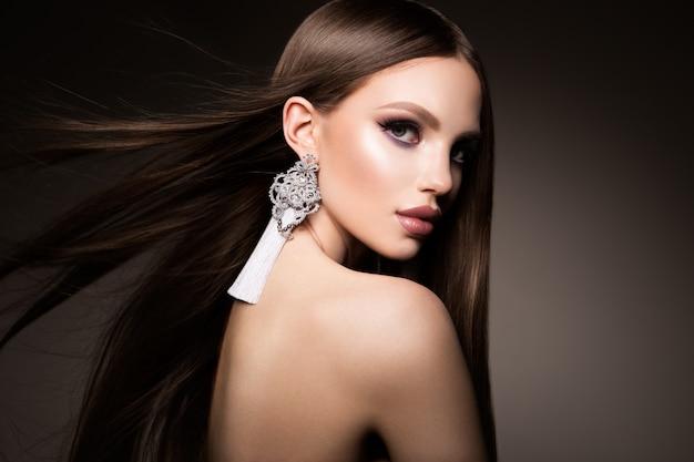 머리. 매우 오래 건강 하 고 빛나는 부드러운 갈색 머리를 가진 아름다움 여자. 모델 갈색 머리 화려한 머리
