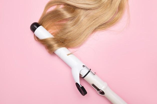 Завивка волос утюжком парикмахерская и обучение созданию вечерних причесок модных стильных женских причесок.
