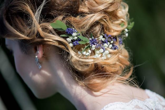 Сделайте прическу с элегантным свадебным аксессуаром для волос.