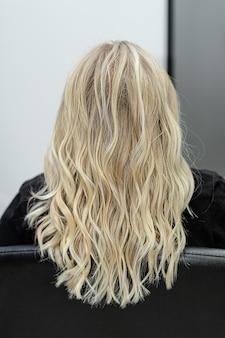 머리 염색 개념. 모발 염색을위한 최신 유행의 에어 터치 기법. 곱슬 머리