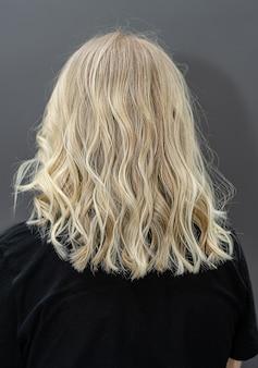 染毛のコンセプト。染毛のための現代の流行のシャタッシュ技術。ヘアブリーチ