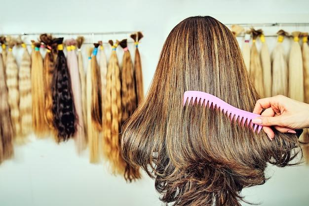 自然な髪の毛延長装置。さまざまな色の髪のサンプル
