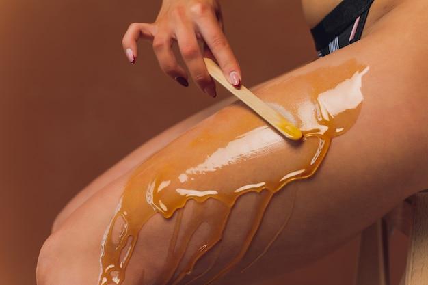 Эпиляция с сахаром. в кабинете косметолога.