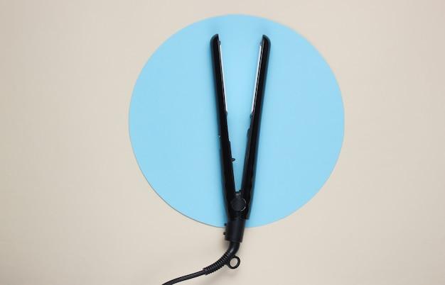 중간에 파란색 원이있는 흰색 머리 직선 기