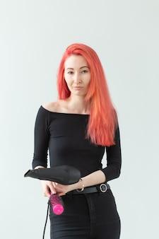 ヘアスタイリストの美しさと人々のコンセプトヘアドライヤー付きプロの美容師
