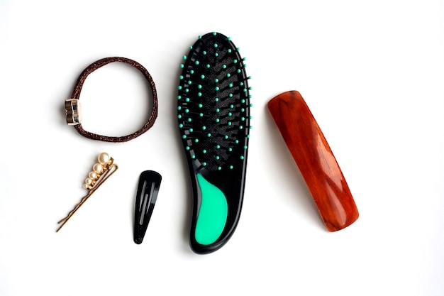 白い背景、上面図に髪型、くし、アクセサリーを作成するためのヘア用品
