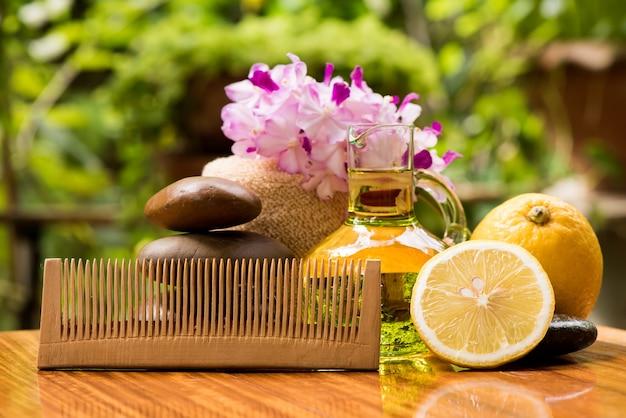 Обработка волос лимонными фруктами и маслом на естественном фоне.