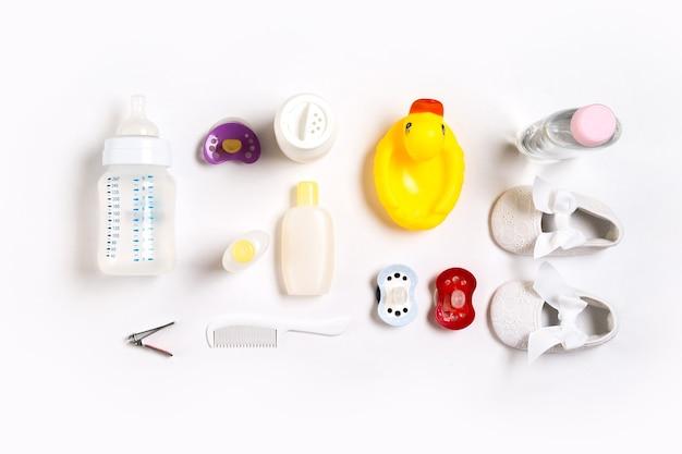 Расческа и косметика для новорожденных на белом фоне вид сверху