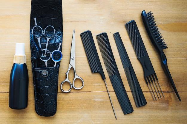 Уход за волосами рядом с ножницами и гребнями